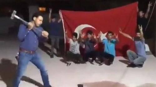 Protes Kebijakan Trump, Rakyat Turki Hancurkan iPhone Beramai-ramai