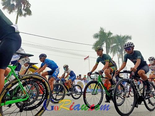 Asap Tebal Selimuti Kota Siak, 55 Pebalap Tour de Siak 2019 Tetap Pilih Mendayung Sepedanya