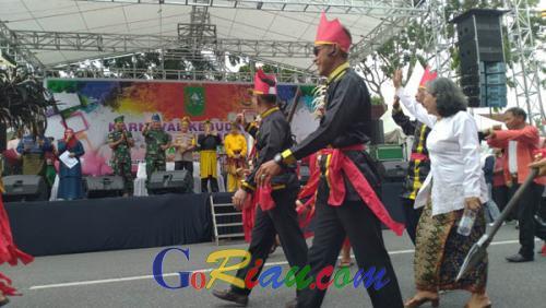Sehari Sebelum Pelantikan Presiden, Ribuan Masyarakat Riau Gelar Pawai Kebudayaan di Pekanbaru