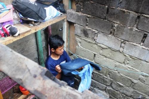 Remaja Ini Nafkahi dan Rawat 3 Adiknya Sendirian Setelah Kehilangan Ayah dan Ibu karena Digigit Ular