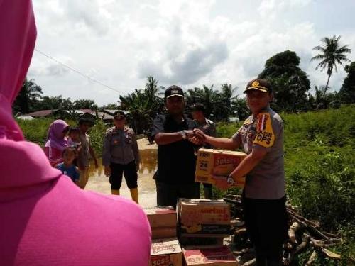 Peduli Korban Banjir, Polres Rohil Berikan Bantuan Sembako