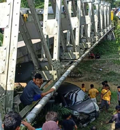 Ini Keterangan Polisi Terkait Mobil Terjun ke Bawah Jembatan Lintas Pekanbaru - Bangkinang