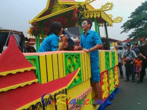 Jhon Pantau Obok-obok Mobil Hias Kontingen Riau, Lihat Tayangannya di Tamu Gokil Ya!