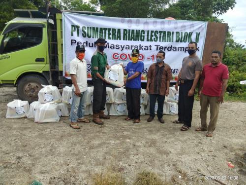 17 Desa di Kepulauan Meranti Dapat Bantuan Sembako dari PT SRL