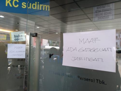 Panik, Nasabah Terus Berdatangan ke Kantor Bank Mandiri KC Sudirman Bawah