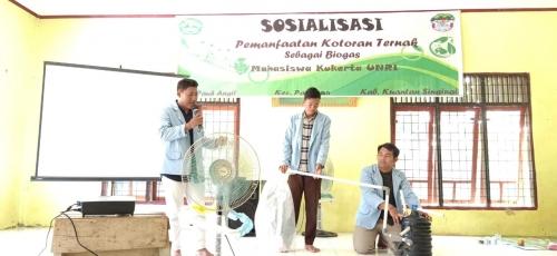 Mahasiswa Unri Bimbing Masyarakat Pangean Cara Menyulap Kotoran Sapi Jadi Biogas