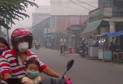 Tiba-tiba Asap Tebal Selimuti Kota Sagu, Warga Harap yang Dibagikan Bukan Masker Sekali Pakai