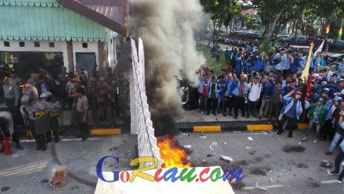 Bawa Kambing Bertuliskan Mr President, Ratusan Mahasiswa di Pekanbaru Masih Bertahan di Depan Gedung DPRD Riau Hingga Petang