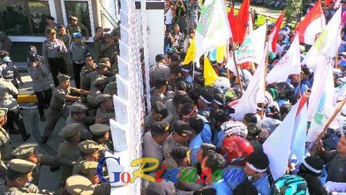 Memanas, Unjuk Rasa di Gedung DPRD Riau Diwarnai Aksi Dorong-dorongan Antara Ratusan Mahasiswa dan Aparat