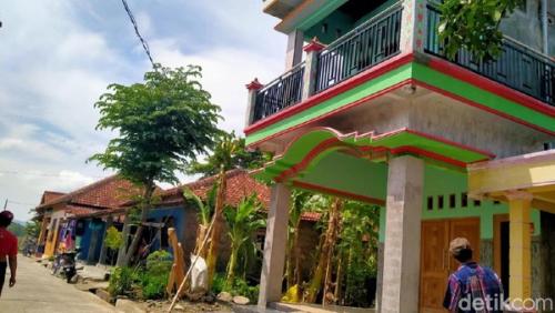 Rumah Mewah Berlantai 2 Ini Ditempeli Stiker Keluarga Miskin, yang Berlantai Tanah Malah Tidak