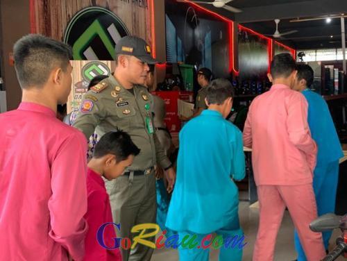 Jelang Salat Jumat, 30 Pelajar di Pekanbaru Terjaring Razia Satpol PP Riau Main Game Online di Warnet