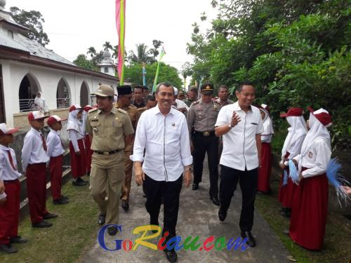 Jelang Dilantik Sebagai Gubernur Riau, Syamsuar Resmikan Pekerjaan di Kecamatan Sungai Apit dan Pamitan