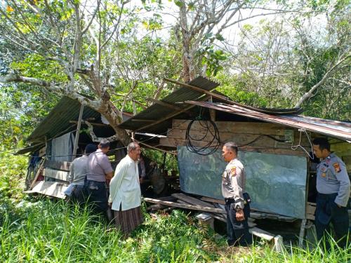 Warga di Batang Malas Ini Terima Sembako dari Polres Kepulauan Meranti