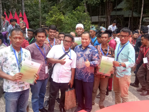 Bupati Irwan Terima SK Perhutanan Sosial dari Jokowi