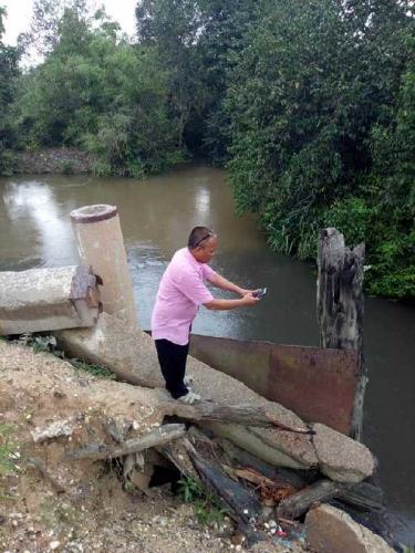 Warga Langgam Temukan Limbah Pabrik Kelapa Sawit Mengalir ke Sungai Gondai