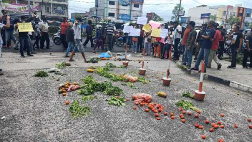 Puluhan Pedagang Lempari Gerbang Kampus Unri dengan Sayuran dan Buah