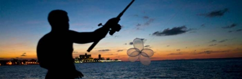 Ada-ada Saja... Para Nelayan Ini Ramai-ramai Memancing Ikan Pakai Kondom