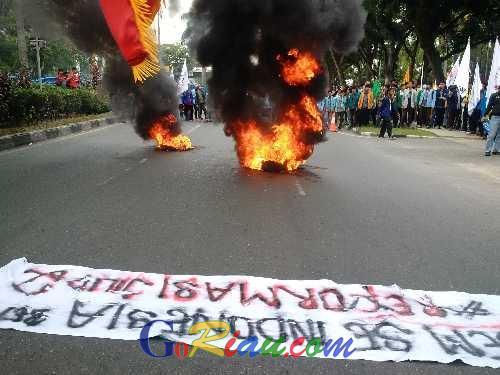 Unjuk Rasa Ratusan Mahasiswa Perwakilan BEM se-Indonesia di Pekanbaru Diwarnai Aksi Bakar Ban