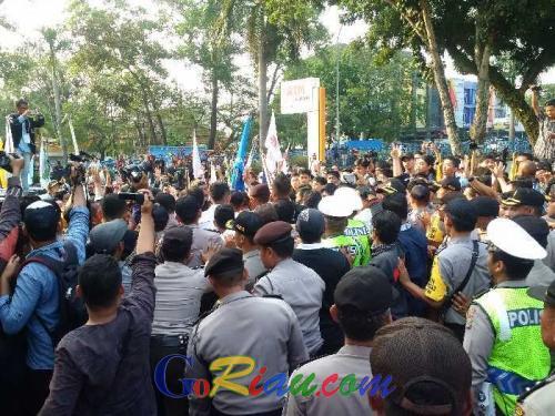 Anggota Dewan Terperangkap dalam Aksi Saling Dorong Personil dan Mahasiswa yang Ingin Masuk Gedung DPRD Riau