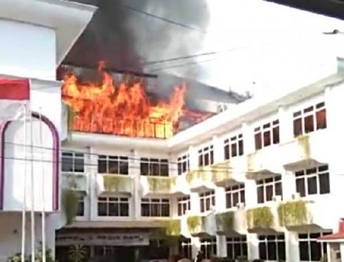 GoRiau - Api yang Melahap Lantai 3 Hotel Tasia Ratu
