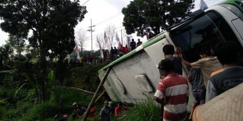 Mini Bus Terguling ke Sawah, 3 Penumpang Tewas