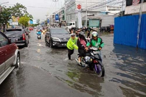 Hujan 30 Menit, Ruas Jalan di Pekanbaru Kebanjiran, Kendaraan Mogok, Polisi Terpaksa Dorong Motor Warga
