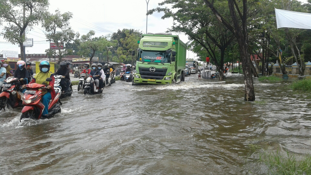 Kedalaman Air di Jalan HR Subrantas Depan Kantor Lurah Simpang Baru Masih Selutut Hingga Kamis Sore