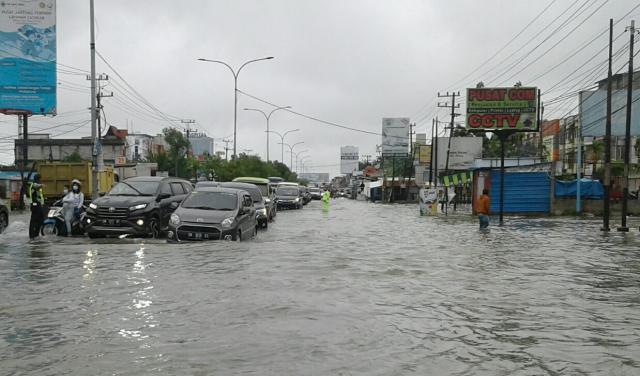 Jalan HR Subrantas Pekanbaru di Seberang RS Awal Bros Bagaikan Danau