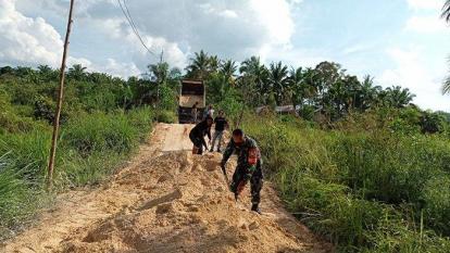 Jalan Desa Sungai Putih Kampar Rusak Parah, Babinsa dan Masyarakat Goro Bersama