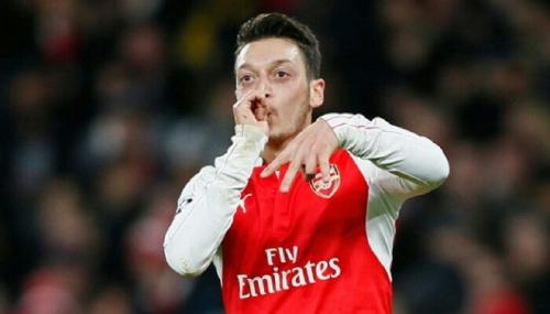 Umrah, Bintang Arsenal Mesut Ozil Diburu Jamaah untuk Selfie