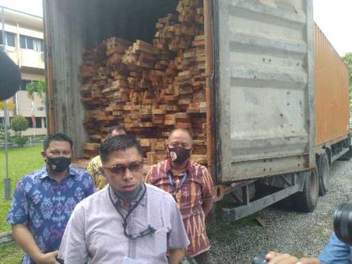 Ditreskrimsus Polda Riau Tangkap Satu Tronton Kayu Ilegal yang Diambil dari Hutan Lindung Marga Satwa Rimbang Baling
