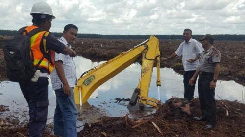 Excavator Terjun ke Kanal, Operator Tewas Terjebak