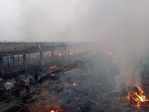 Hingga Pagi Tim Damkar Masih Padamkan Api, Begini Penampakan Pasar Terapung Tembilahan Saat Ini