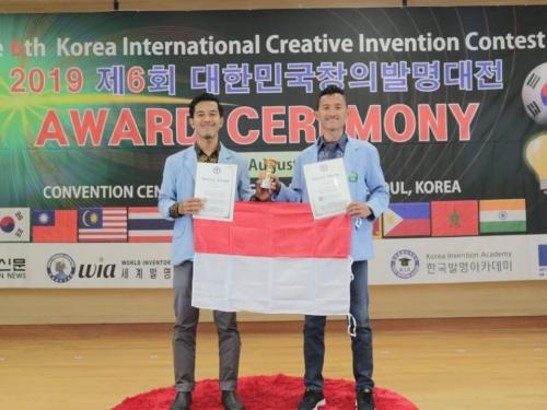 Manfaatkan Limbah Biji Karet Jadi Sandal Refleksi, Dua Mahasiswa Unri Raih Medali Perak di Korea