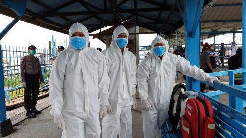 Semua Penumpang Kapal Domestik Dicek Suhu dan Disemprot Disinfektan