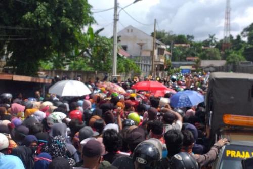 Antre Sembako, Ribuan Warga Berdesakan di Rumah Gubernur Kaltim, Ini Penampakannya