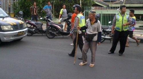 Kakek Bertongkat Bambu Bubarkan Balapan Liar, Polisi Malah Tak Setuju
