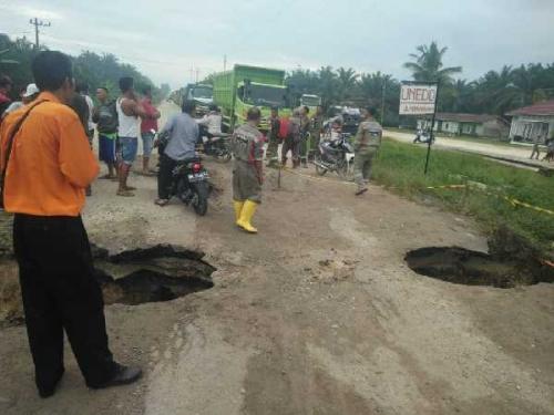 Jalan Lintas Kabupaten di Petapahan Km 46 Rusak, Kendaraan Bermuatan Berat Melalui Rute Ini