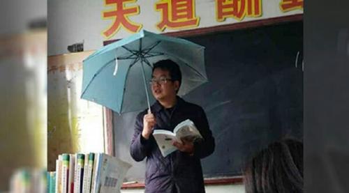 Atap Sekolah Bocor, Guru Terpaksa Mengajar Pakai Payung