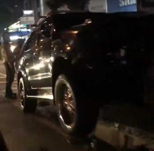 Tidak Hati-hati, Satu Unit Toyota Fortuner Hantam Pembatas Jalan Sudirman Pekanbaru