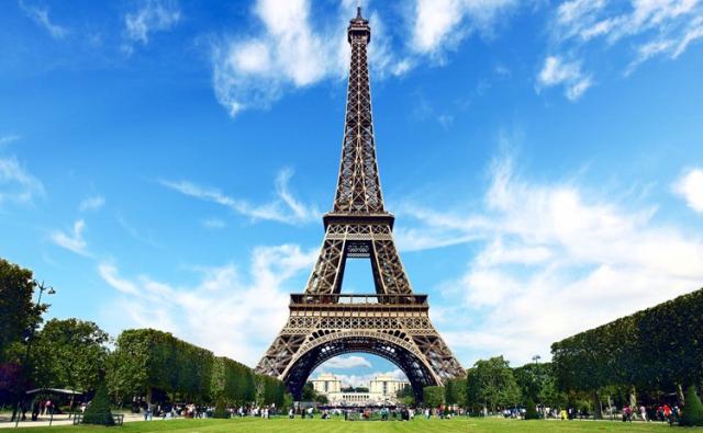 Dua Muslimah Ditikam 2 Wanita di Menara Eiffel, Jilbabnya Dikoyak-koyak