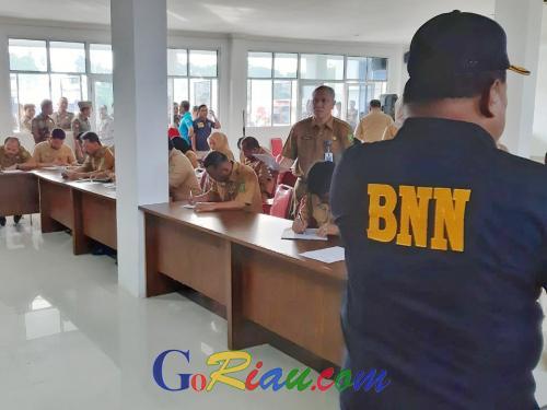 Pejabat Eselon II Pemprov Riau Tes Urine di Kantor Satpol PP, Hanya 3 Orang Tak Hadir