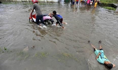 Tim Gabungan Terus Cari Puluhan Korban Banjir di Sulsel