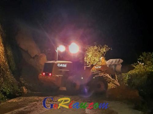 Longsor di Ruas Jalan Riau Batas Sumbar Desa Muara Selaya Kampar Sudah Bisa Dilalui Kendaraan