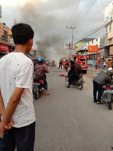 Ditinggal Pemiliknya Ambil Daun Ubi, Mobil yang Diparkir di Tepi Jalan Terbakar
