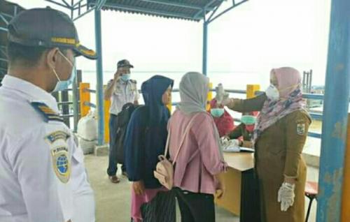 Cegah Corona, Penumpang Kapal di Pelabuhan Penyalai Kuala Kampar Diperiksa Suhu Tubuh