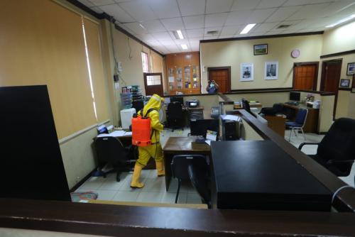 Setelah Rumah Ibadah, Kantor Bupati Siak Juga Disemprotkan Cairan Disinfektan