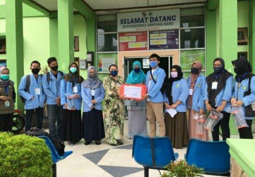 Tidak Hanya Rumah Sakit dan Klinik, Relawan Covid-19 Unri Juga Berikan Hazmat dan Face Shield untuk Puskesmas Simpang Baru