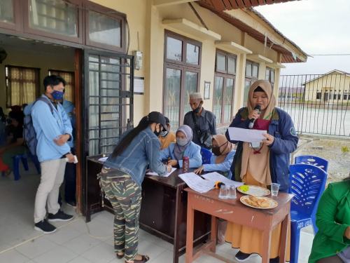 Agar Tertib Protokol Kesehatan, Tim Kukerta Relawan Covid-19 Unri Bantu Pembagian BLT Tahap 3 di Desa Sebangar