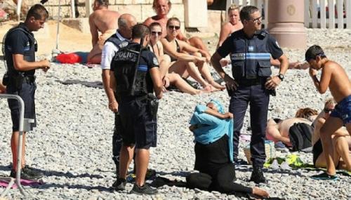 Empat Polisi Prancis Paksa Muslimah Lepas Penutup Aurat di Pantai Nice, Ini Penampakannya